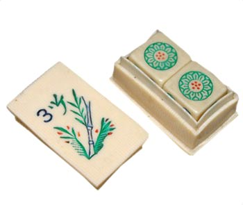 The picture on this French ivory dice coffin is the same design as the #3 flower tile on Piroxloid sets, so this accessory was probably sold by them.