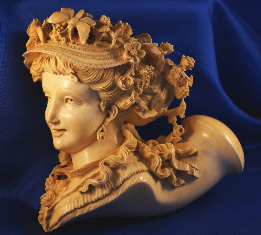 Top: A meerschaum pipe bearing a character who appears to be Sir Dagonet of Arthurian legend. Above: Ricketts named this 7-by-7 inch lap pipe Louisa.