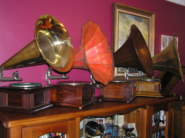 Phonographs with trumpet bells by Gramophone & Typewriter Company and HMV. (Shared by Saxymojo on Show & Tell)